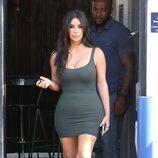 Kim Kardashian con un vestido ceñido en verde militar