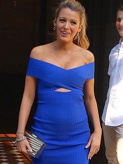 Blake Lively con vestido asimétrico en azul eléctrico