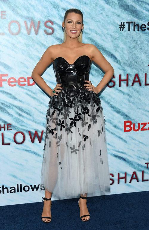 Blake Lively con vestido con caída de tul y escote en corazón