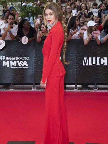 Gigi Hadid con un traje chaqueta en rojo pasión en la alfombra roja de los Premios iHeartRadio Much Music Video 2016
