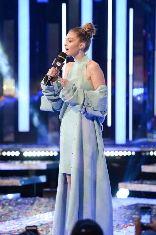 Gigi Hadid con un conjunto de crop top y falda high