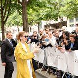 Céline Dion con una chaqueta amarilla