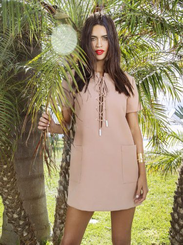 Modelo posando con un diseño de la colección 'Kendall + Kylie'