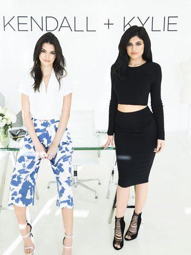 Kendall y Kylie Jenner posando para la inauguración de su firma 'Kendall + Kylie'
