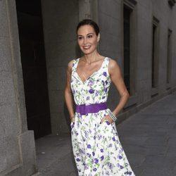 Juncal Rivero con un vestido floral y un cinturón de ante