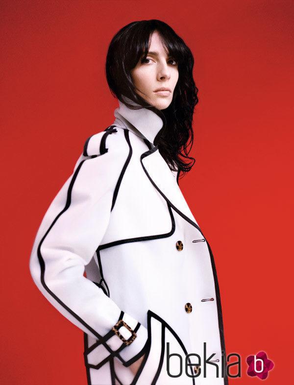 Abrigo en blanco con toques oscuros de la nueva colección de Wanda Nylon para La Redoute 2016