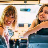 Modelos posando en un coche para la nueva campaña 'The Surf Gang' de Pull and Bear