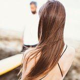 Modelo posando en la playa para la nueva campaña 'The Surf Gang' de Pull and Bear