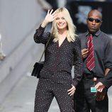 Margot  Robbie con un jumpsuit en negro print en lunares