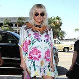 Kesha con un vestido estampado floral en colores