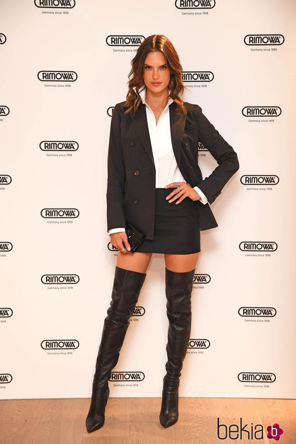 1f4fddfe6 Alessandra Ambrosio con una mini falda y botas altas - Los mejores y ...