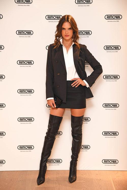 Alessandra Ambrosio con una mini falda y botas altas