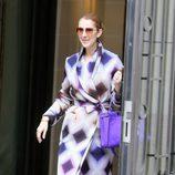 Céline Dion con un abrigo estampado en tonos violetas