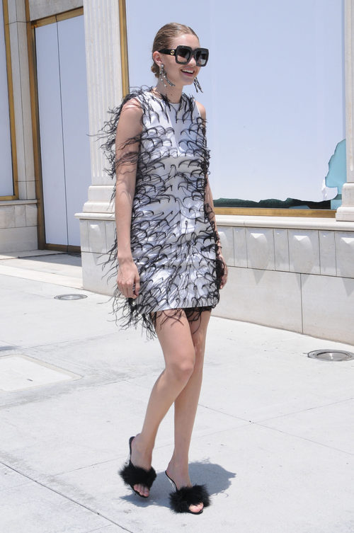 Gigi Hadid con un vestido en flecos