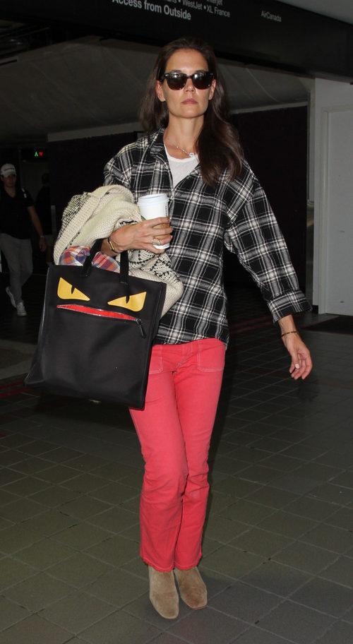 Katie Holmes con una camisa de cuadros y unos pantalones rosas en Los Angeles