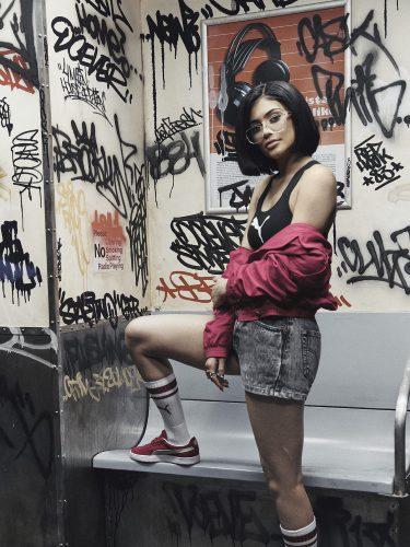 Kylie Jenner con un crop top y un jeans corto de la nueva colección 'Suede Forever Fresh' de Puma