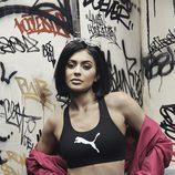 Kylie Jenner con un crop top en su colaboración en la nueva colección 'Suede Forever Fresh' de  Puma