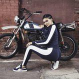 Kylie Jenner con un conjunto azul marino y blanco en la nueva colección 'Suede Forever Fresh' de Puma