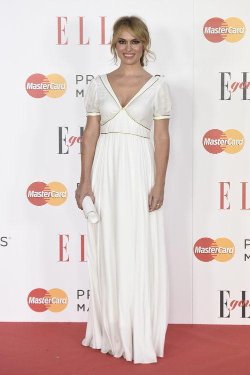 Patricia Conde con un vestido blanco roto durante los premios Elle Gourmet 2016