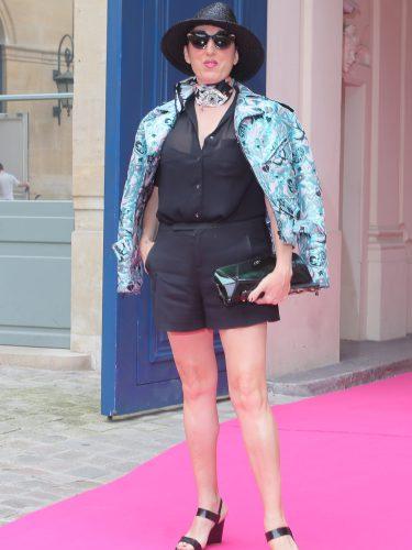 Rossy de Palma con un conjunto negro y una chaqueta aguamarina