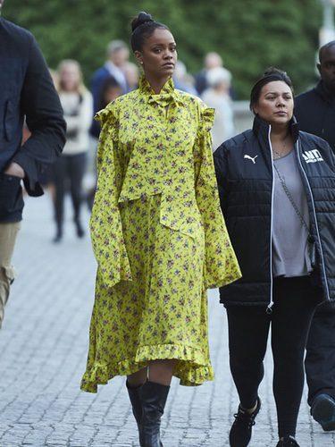 Rihanna con un vestido amarillo print floral