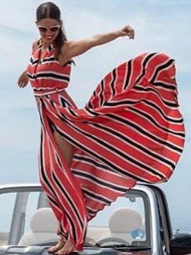 Juana Acosta con un vestido a rayas de Dolores Promesas