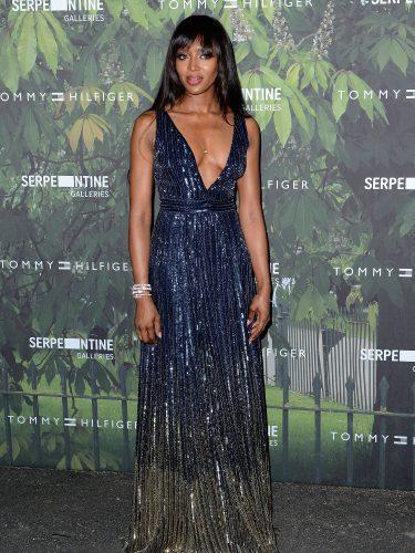 Naomi Campbell con un vestido de lentejuelas en azul y escote profundo