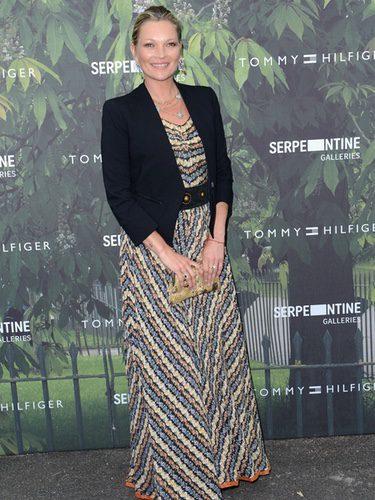 Kate Moss con un vestido de lentejuelas dorado y blazer negra