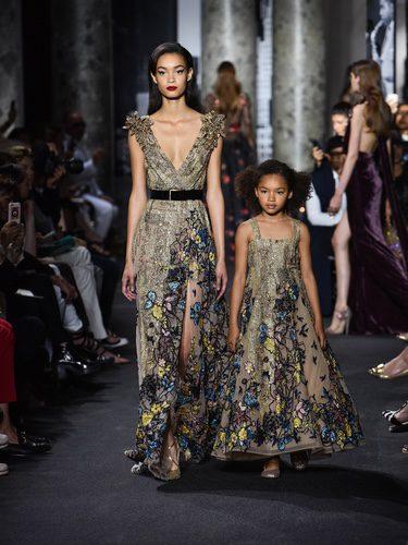 Modelos adulto e infantil con el mismo diseño durante el desfile del diseñador Elie Saab