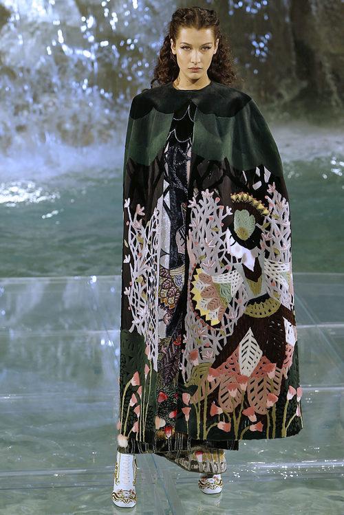 Bella Hadid con una capa estampada de la colección 'Legends & Fairy Tales' de Fendi en Roma