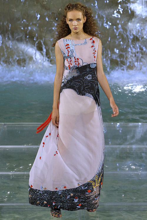 Vestido semitransparente de la colección 'Legends & Fairy Tales' de Fendi en Roma
