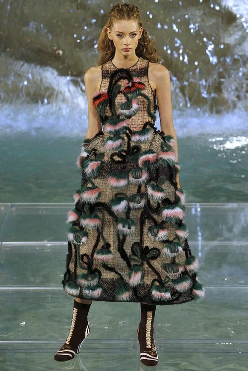 Vestido con plumas verdes de la colección 'Legends & Fairy Tales' de Fendi en Roma