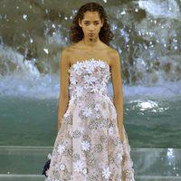 Vestido blanco con margaritas bordadas de la colección 'Legends & Fairy Tales' de Fendi en Roma