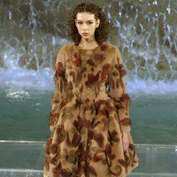 Abrigo con motivos florales de la colección 'Legends & Fairy Tales' de Fendi en Roma