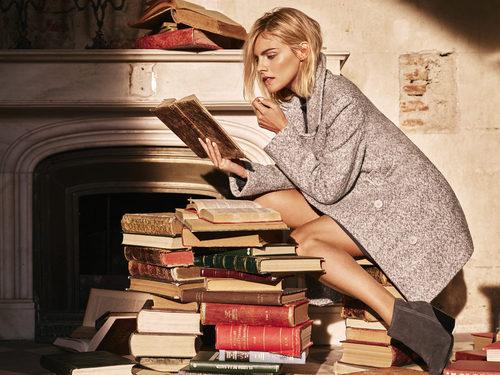 Amaia Salamanca leyendo en el shooting de la nueva colección otoño/invierno de Amichi