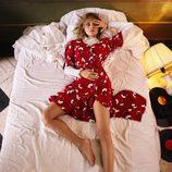 Amaia Salamanca con un vestido rojo print para la nueva colección otoño/invierno de Amichi