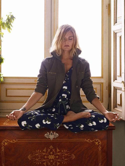 Amaia Salamanca con jumpsuit print azul de la nueva colección otoño/invierno de Amichi