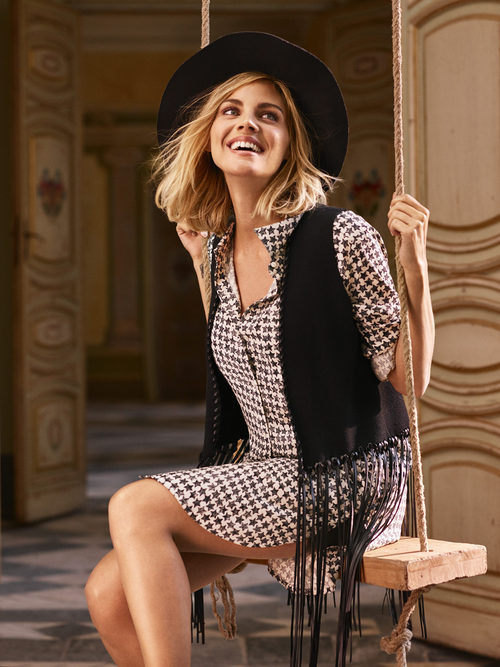 Amaia Salamanca con un vestido midi a cuadros de la nueva colección otoño/invierno  de Amichi
