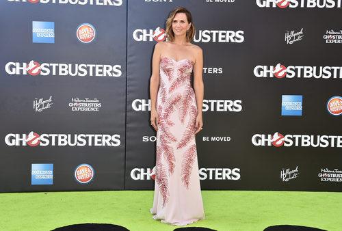 Kristen Wiig con un vestido de sirena con estampado de plumas