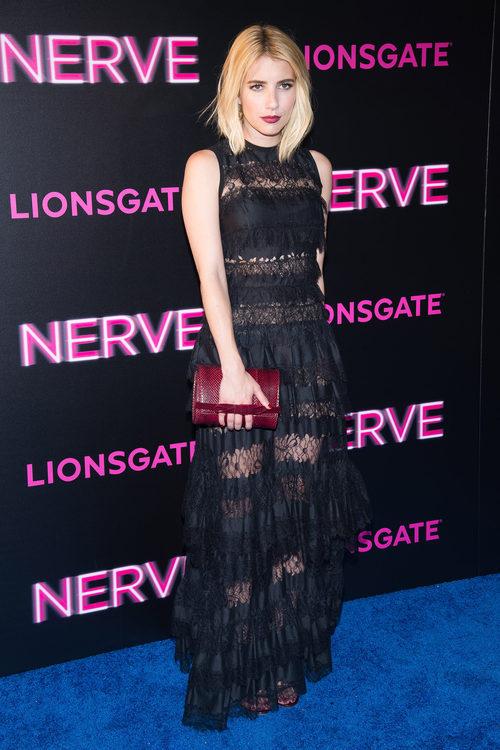 Emma Roberts con un vestido de encaje negro