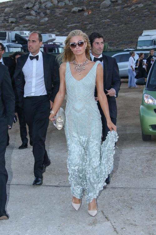 Paris Hilton con un vestido en celeste de cola