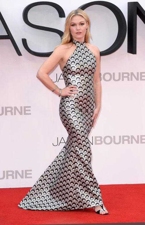 Julia Stiles con un vestido print con un escote 'high neck'