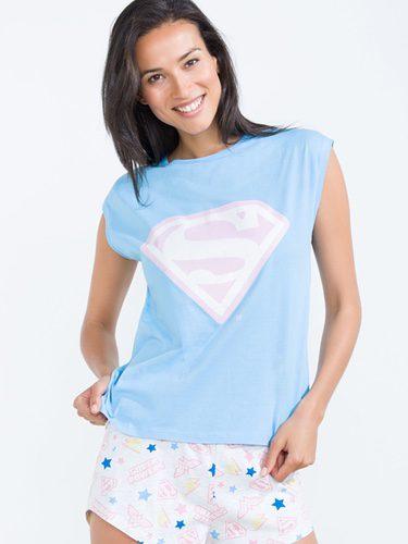 Modelo posando con pijama con insignia de Superman para la nueva colección 'Woder woman' de Women'secret