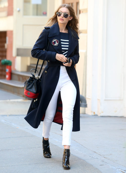 Gigi Hadid con un total look navy