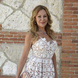 Ana Obregón con un vestido estampado blanco