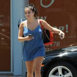 Ariel Winter con un vestido midi denim