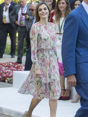 La Reina Letizia con un vestido estampado floral de Zara