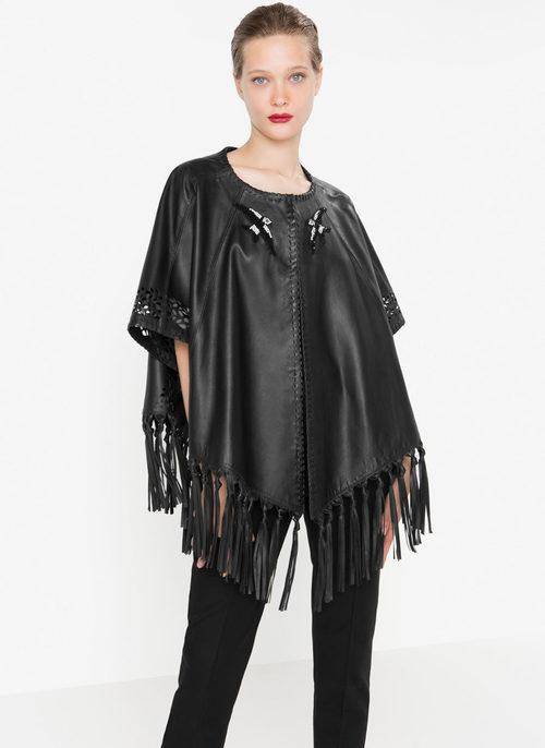 Capa de cuero negro con detalles de flecos de la nueva colección otoño/invierno 2016 de Uterqüe