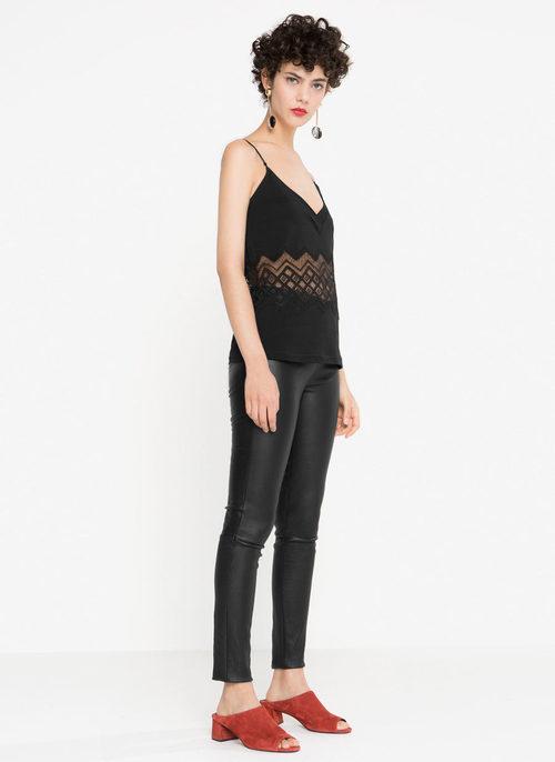 Conjunto total black con top raso y jeans de cuero de la nueva colección otoño/invierno 2016 de Uterqüe