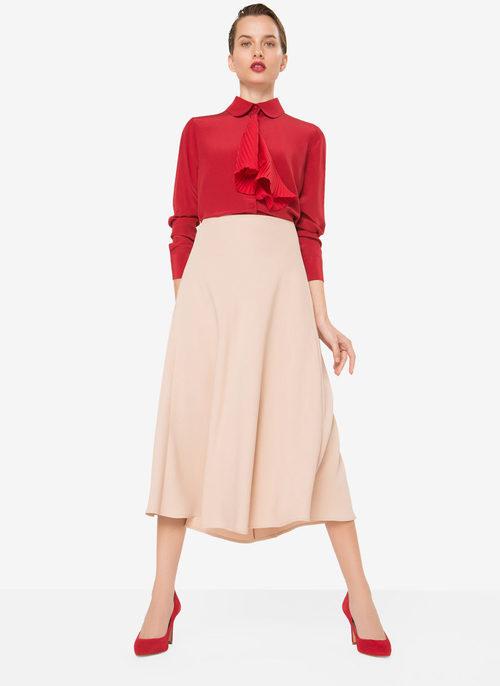 Falda en rosa nude y blusa con escote cerrado con volante de la nueva colección otoño/invierno 2016 de Uterqüe